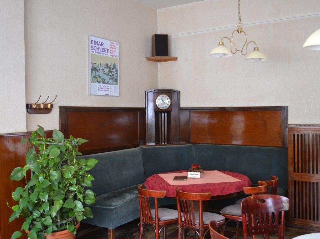 """An diesem Tisch tagt der Vorstand des Einar-Schleef-Arbeitskreises. Vor 50 Jahren könnte am selben Tisch """"Vatis Runde"""" Skat gespielt haben."""