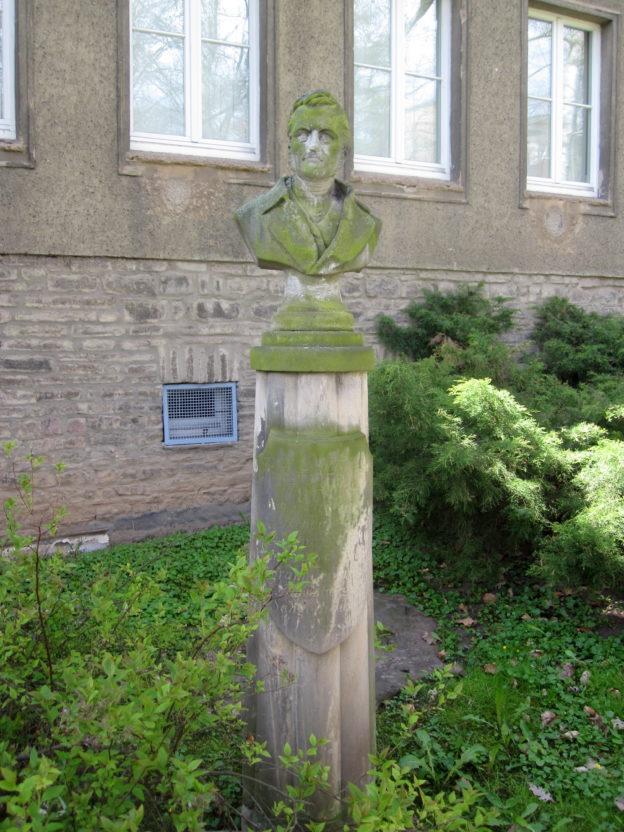 Literarischer Stadtrundgang: Mit Gertrud durch Sangerhausen @ Vor der Deutsche Post-Filiale